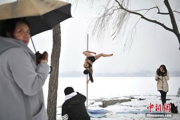 Ngắm thiếu nữ múa cột giữa băng tuyết 8