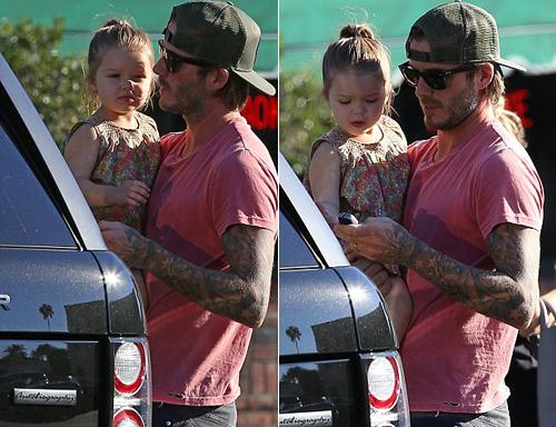"""Sốt ảnh Beckham """"khóa môi"""" con gái cưng giữa phố 1"""