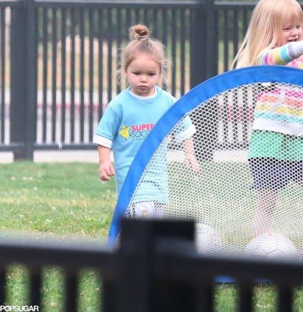 """Công chúa nhà Beckham diện """"quần đùi, áo phông"""" đá bóng như bố 5"""