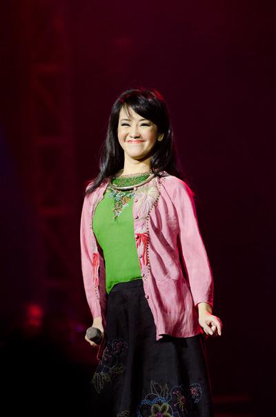 Hồng Nhung mặc váy đụp, hát như nhập đồng 4