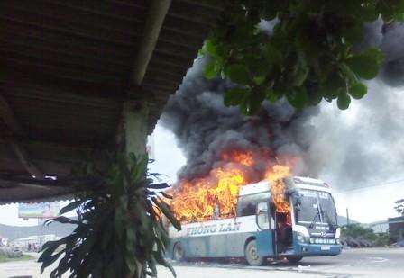 Kinh hãi xe khách giường nằm bốc cháy, QL1A tắc nghẽn nghiêm trọng 1