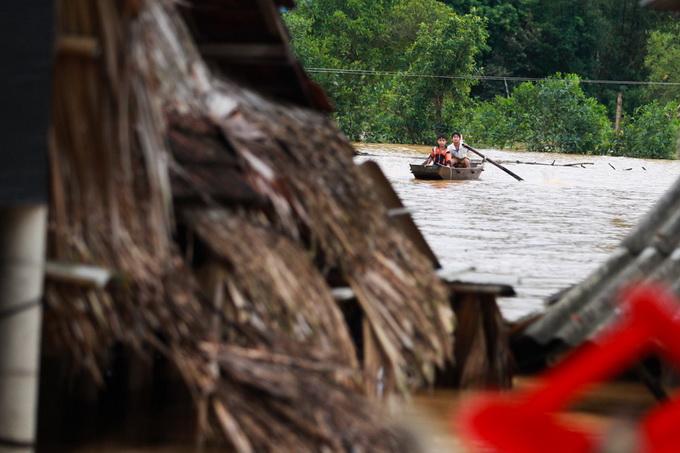 Nước lũ chạm mái nhà, dân Hà Tĩnh đói rét 13