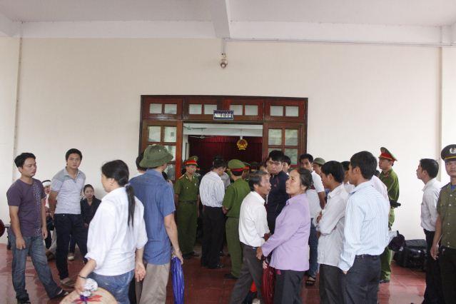"""Quang cảnh đầy nước mắt phiên tòa xử vụ """"quan tài diễu phố"""" 7"""