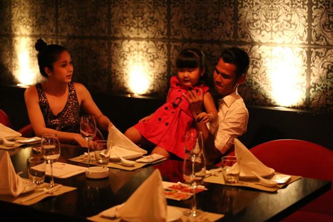 Phan Thanh Bình đưa vợ đẹp, con xinh đi chơi khuya 11
