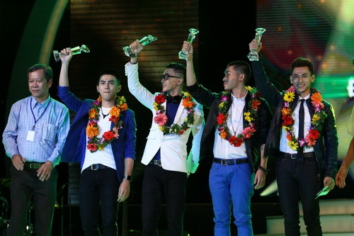 Cao Thái Sơn khiến khán giả 'nổi da gà' khi chụm đầu ôm eo 'bạn trai' trên sân khấu 14