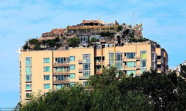 """Cận cảnh núi """"mọc"""" trên nóc tòa nhà cao 26 tầng 1"""