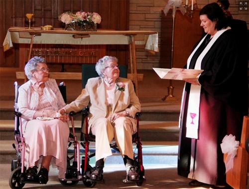 Cảm động đám cưới của 2 cụ bà 90 tuổi sau... 72 năm yêu nhau 1