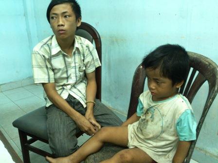 Tìm thấy cháu bé 3 tuổi bị ép đi ăn xin, bạo hành 7