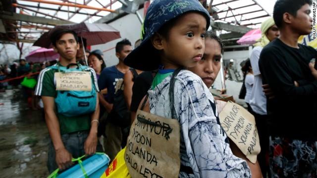 Hàng ngàn trẻ em vùng bão Philippines đổ ra đường xin ăn trong đói khát 3