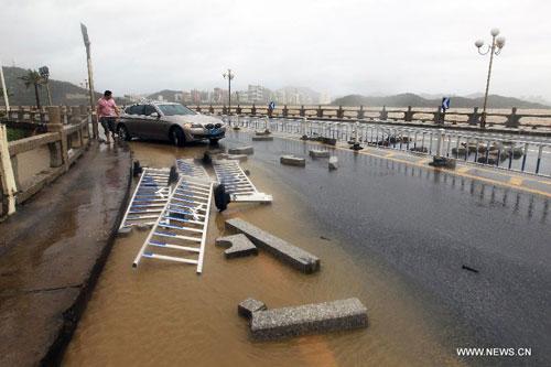 Cận cảnh sức tàn phá của bão Kalmaegi ở miền nam Trung Quốc 7