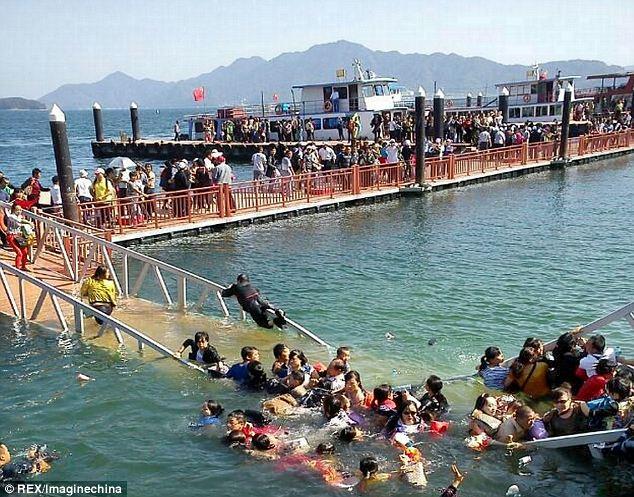 Choáng với cảnh chen chúc dẫn đến sập cầu ở Trung Quốc 1