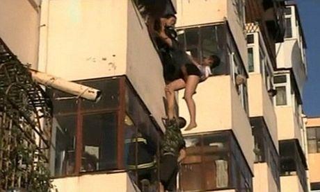 Nghẹt thở chứng kiến cảnh giải cứu cô gái đòi nhảy lầu tự tử 8