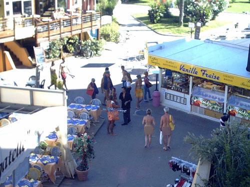 Kỳ lạ những hình ảnh về thị trấn khỏa thân 7