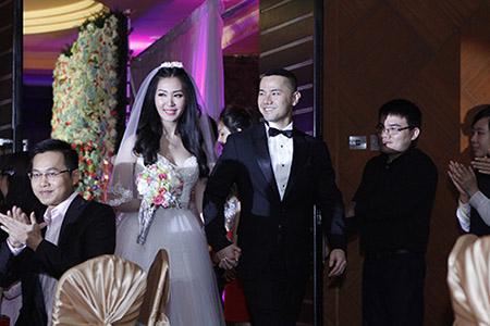 Cô dâu Thuỳ Trang lấp ló ngực đầy 1