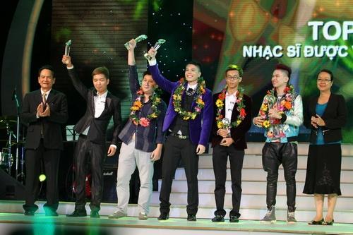 Cao Thái Sơn khiến khán giả 'nổi da gà' khi chụm đầu ôm eo 'bạn trai' trên sân khấu 10