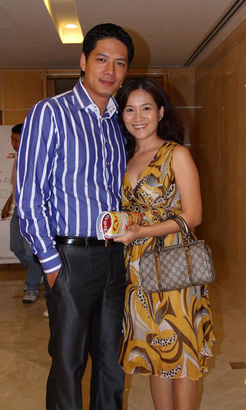 Các bà vợ ăn mặc quê mùa của sao nam Việt 13