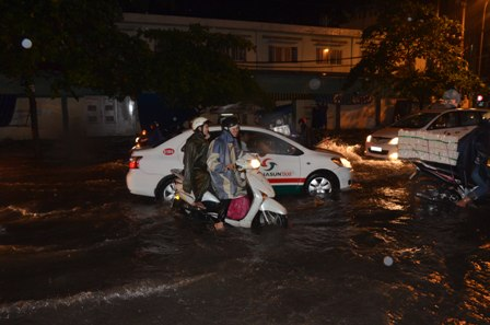 TPHCM bị ngập khủng khiếp sau trận mưa và triều cường 13