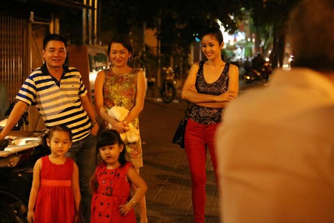 Phan Thanh Bình đưa vợ đẹp, con xinh đi chơi khuya 5