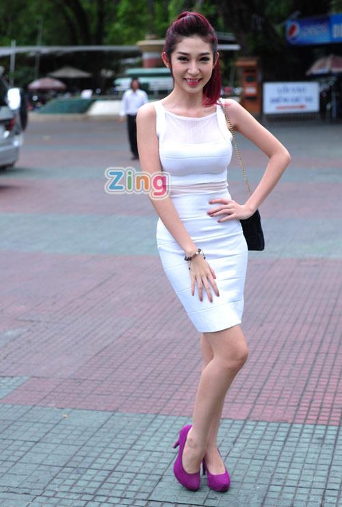 Hồng Nhung mặc táo bạo đi chấm The Voice 13