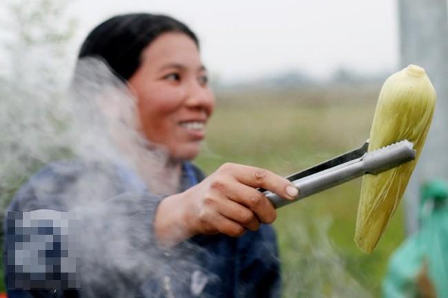 Những phụ nữ bán ngô luộc thu 30 triệu đồng/tháng 8