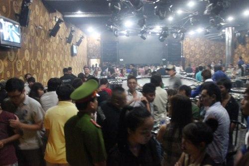 Hàng trăm dân chơi hỗn loạn khi cảnh sát ập vào quán bar 2