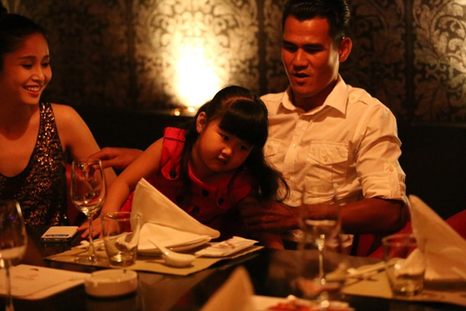 Phan Thanh Bình đưa vợ đẹp, con xinh đi chơi khuya 8