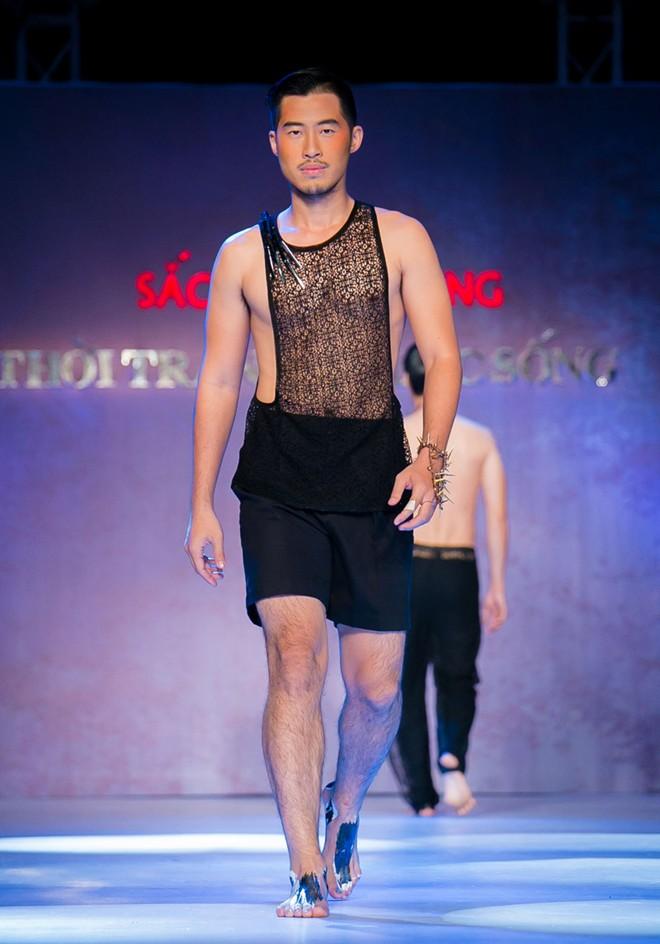 Phát hoảng với mẫu nam mặc váy ren xuyên thấu lộ nội y phản cảm 6