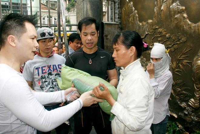 Hàng trăm người chờ Ngọc Sơn phát gạo, tiền mừng sinh nhật 4