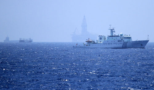 Tàu cá vỏ sắt Trung Quốc hung hăng bảo vệ giàn khoan trái phép 1