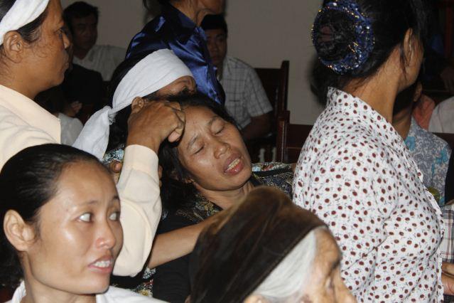 """Quang cảnh đầy nước mắt phiên tòa xử vụ """"quan tài diễu phố"""" 3"""
