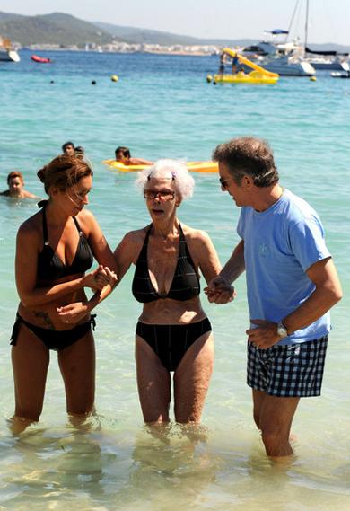 Nữ công tước U90 diện bikini sánh bước bên chồng trẻ đi tắm biển 4