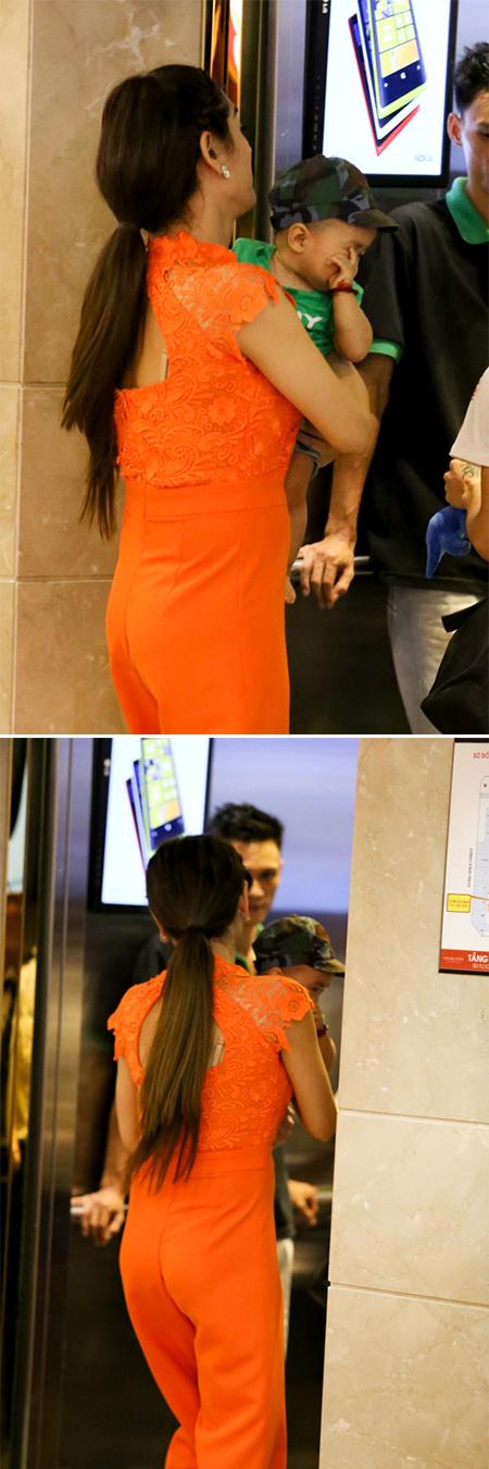 Lâm Chi Khanh vất vả trông con khi đi mua sắm 5