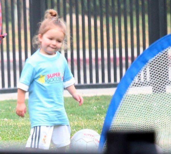 """Công chúa nhà Beckham diện """"quần đùi, áo phông"""" đá bóng như bố 3"""
