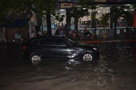 TPHCM bị ngập khủng khiếp sau trận mưa và triều cường 16