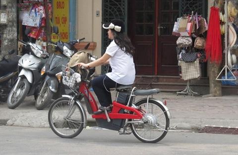 Những pha 'làm xiếc' khó tin của xe đạp điện 12