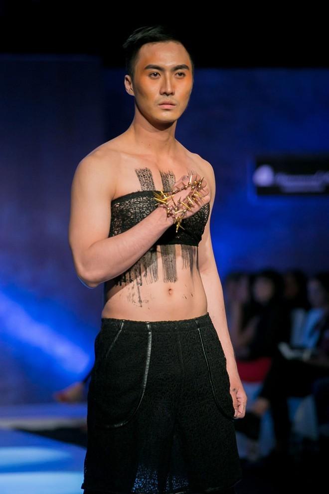 Khi người mẫu nam chuộng áo ren mỏng, váy xòe 5