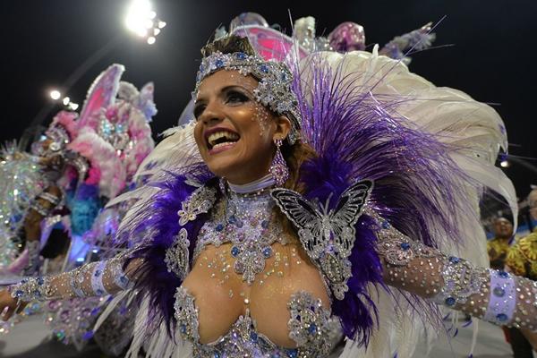 Vũ công samba nóng bỏng trong lễ hội hóa trang 2