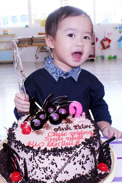 Con trai Lý Hải đòi hôn bạn gái cùng lớp trong sinh nhật 2 tuổi 1