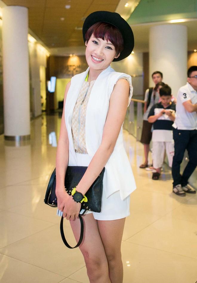 Tiến Đạt bị bạn gái Hàn 'vặn cổ' vì mải ngắm chân dài 15