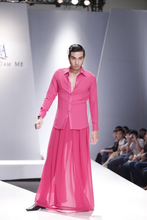 Giật mình mẫu nam Việt mặc vest không quần, diện váy hồng xuyên thấu 6
