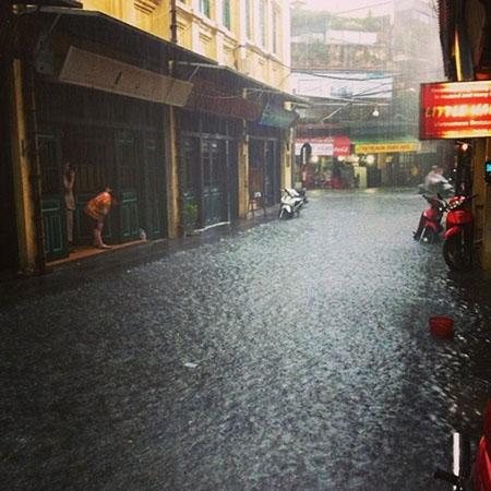 Phố cổ Hà Nội 'thành sông' sau mưa lớn 5