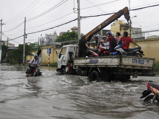 Dịch vụ 'cõng' xe hốt bạc triệu ngày đường ngập 9