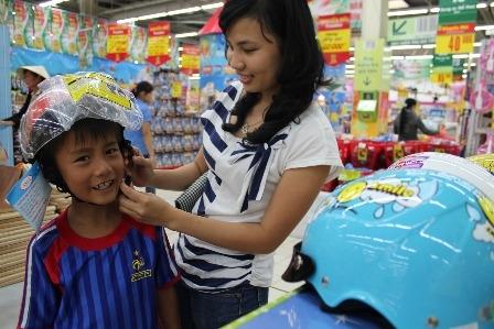 Công an tăng phạt, mũ bảo hiểm trẻ em tăng giá 1