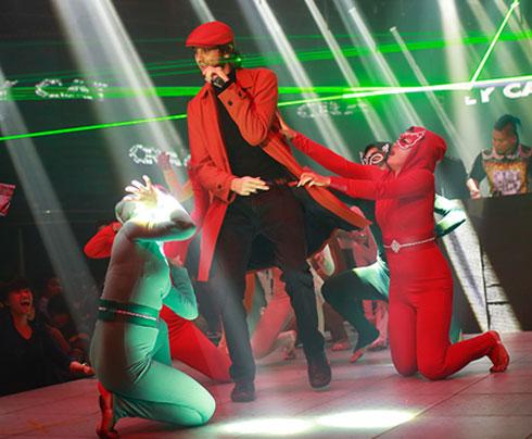 Chồng Tây của Mai Khôi hát rap trong liveshow của vợ 1
