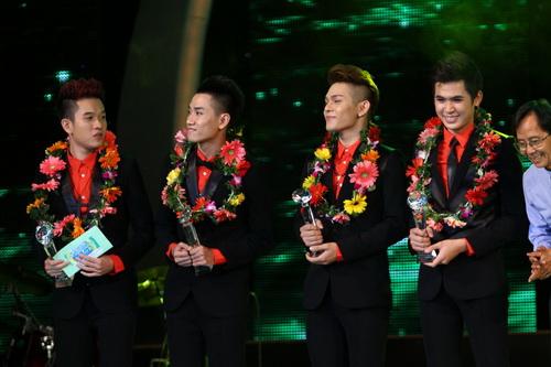 Cao Thái Sơn khiến khán giả 'nổi da gà' khi chụm đầu ôm eo 'bạn trai' trên sân khấu 15
