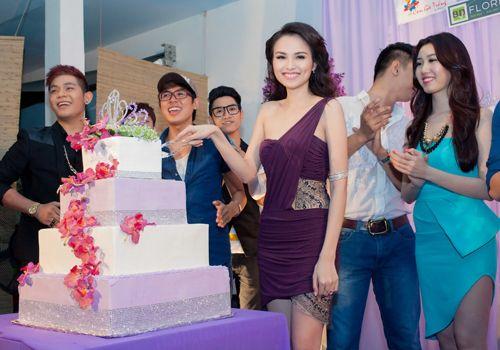 Hoa hậu Diễm Hương tổ chức sinh nhật hoành tráng toàn màu tím 13