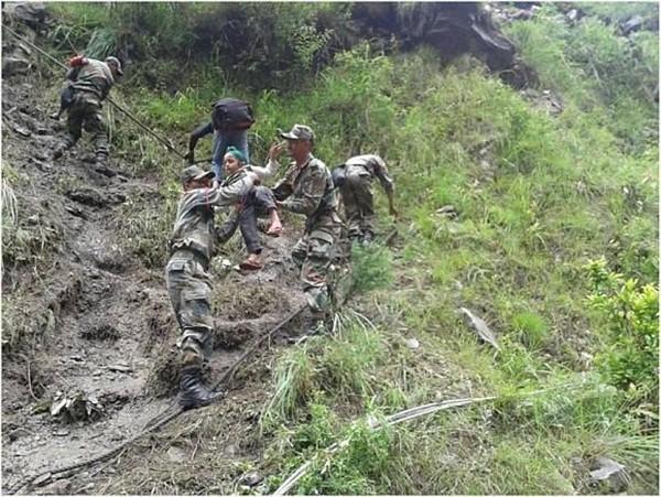Thi thể nạn nhân chất chồng vì mưa lũ Ấn Độ 12