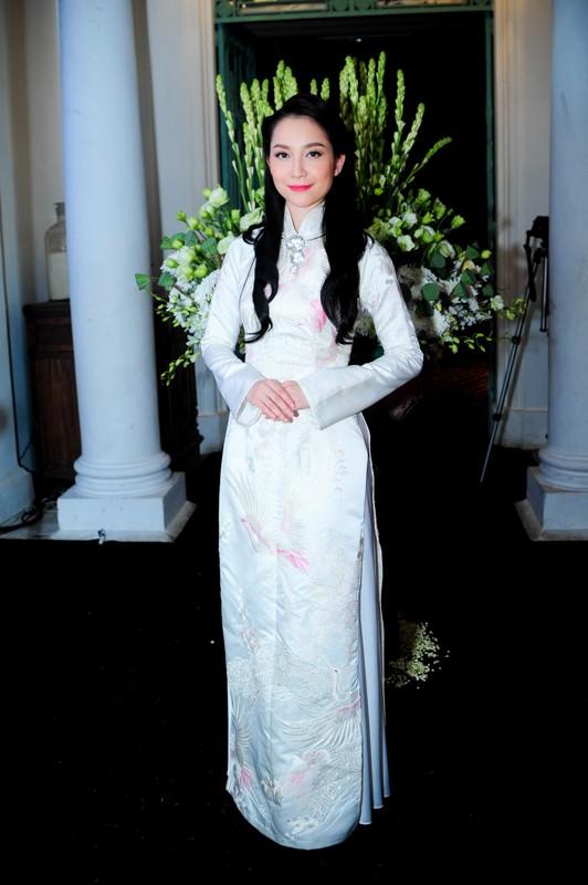 Em chồng xinh đẹp của Hà Tăng theo bố mẹ đi tiệc 11