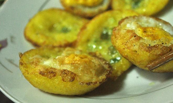 Bánh căn, chè chuối nướng ngon lạ ở vỉa hè Nguyễn Như Đổ 4