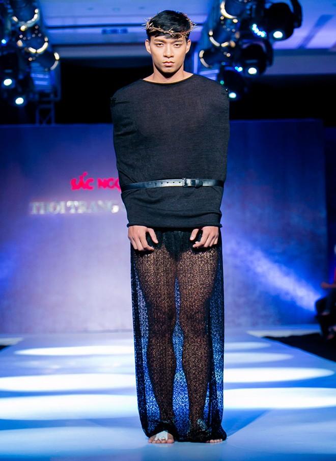 Phát hoảng với mẫu nam mặc váy ren xuyên thấu lộ nội y phản cảm 3